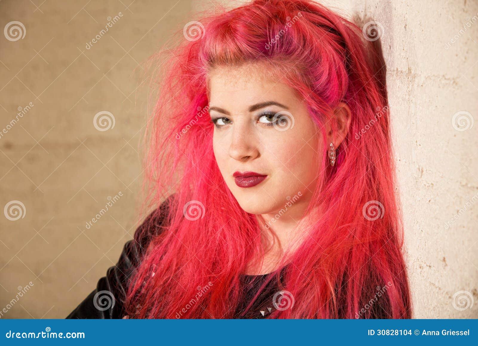 Femmina teenager punk nell angolo