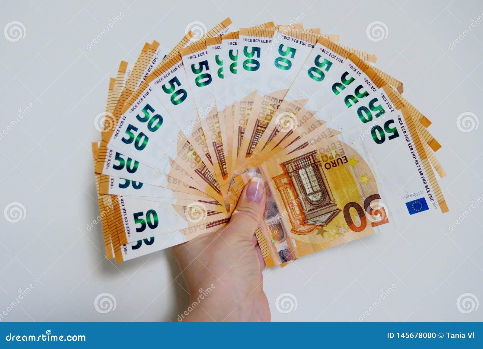 Femtio eurosedlar p? en vit bakgrundsn?rbild