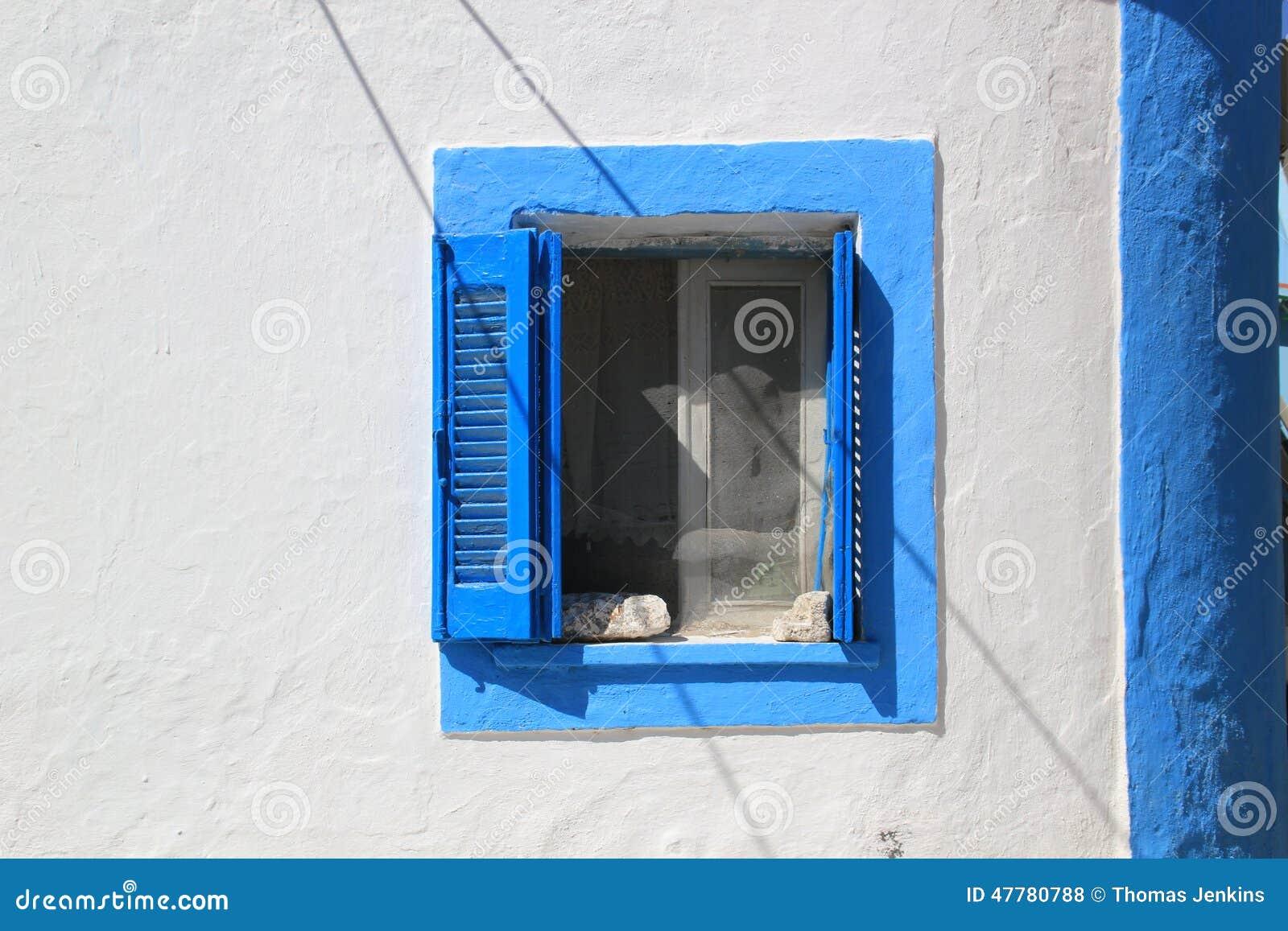 Fen tre volets bleue et blanche dans le mur sur l 39 le for Fenetre qui rentre dans le mur