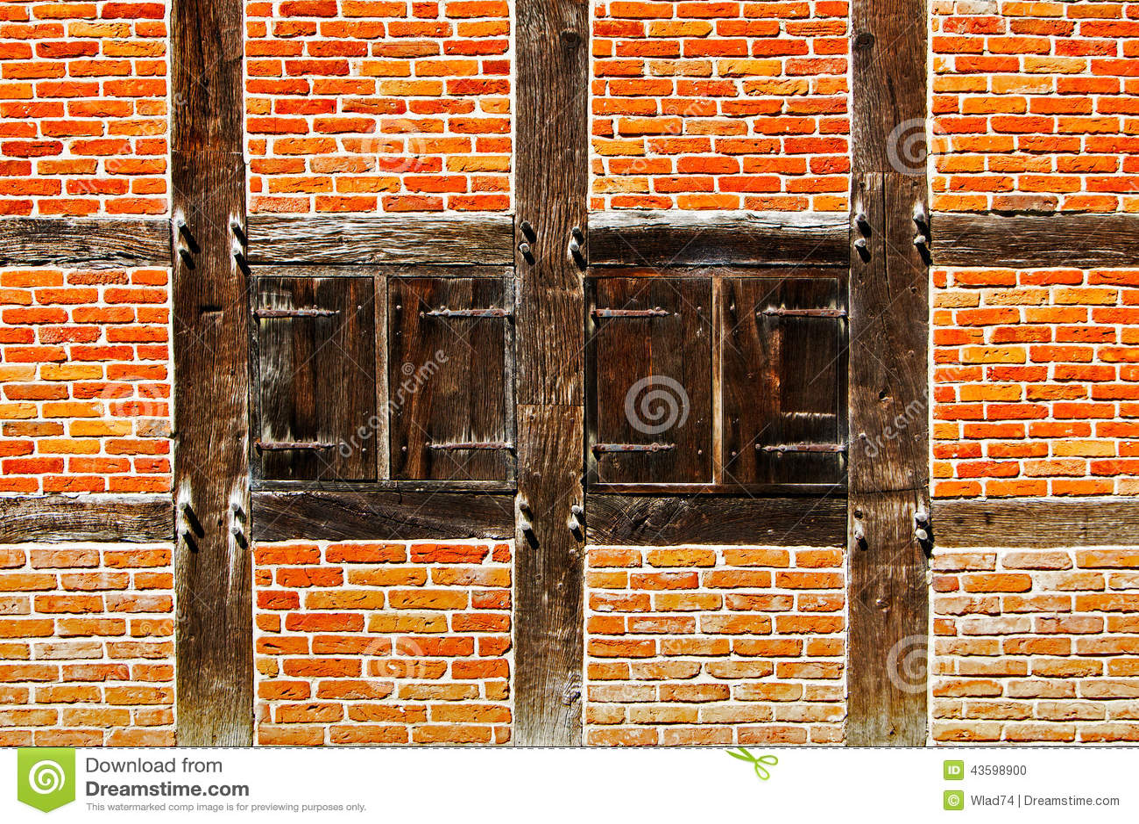 Fen tre avec des volets dans le mur de briques de la for Fenetre qui rentre dans le mur