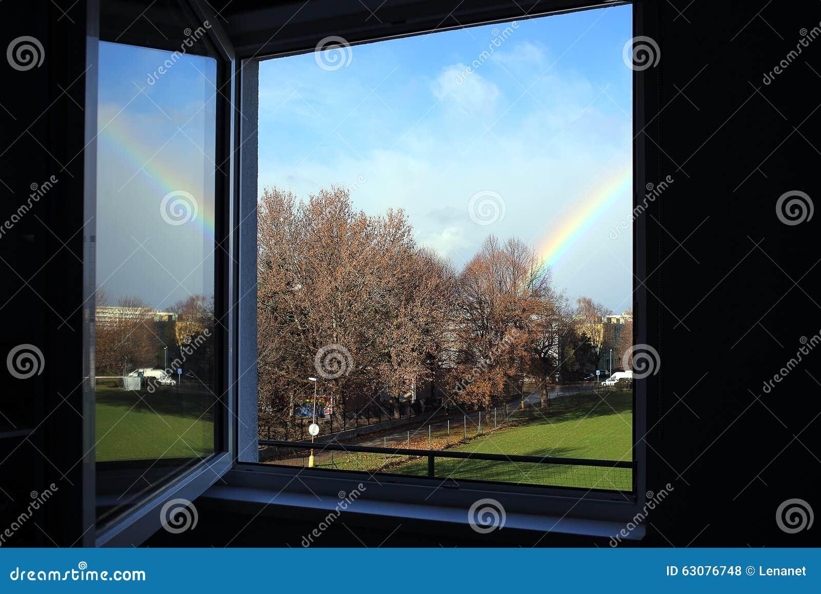 Download Fenêtre avec l'arc-en-ciel photo stock. Image du bleu - 63076748