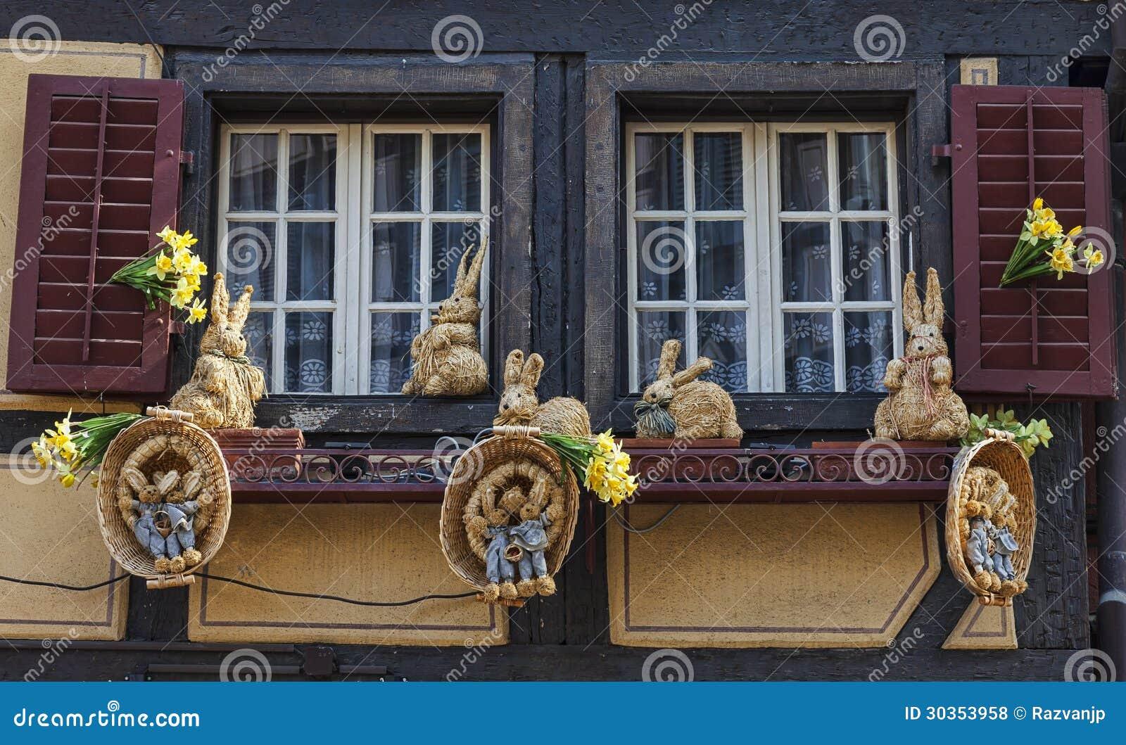 Fen tre avec la d coration de p ques photo stock ditorial for Decoration de la fenetre
