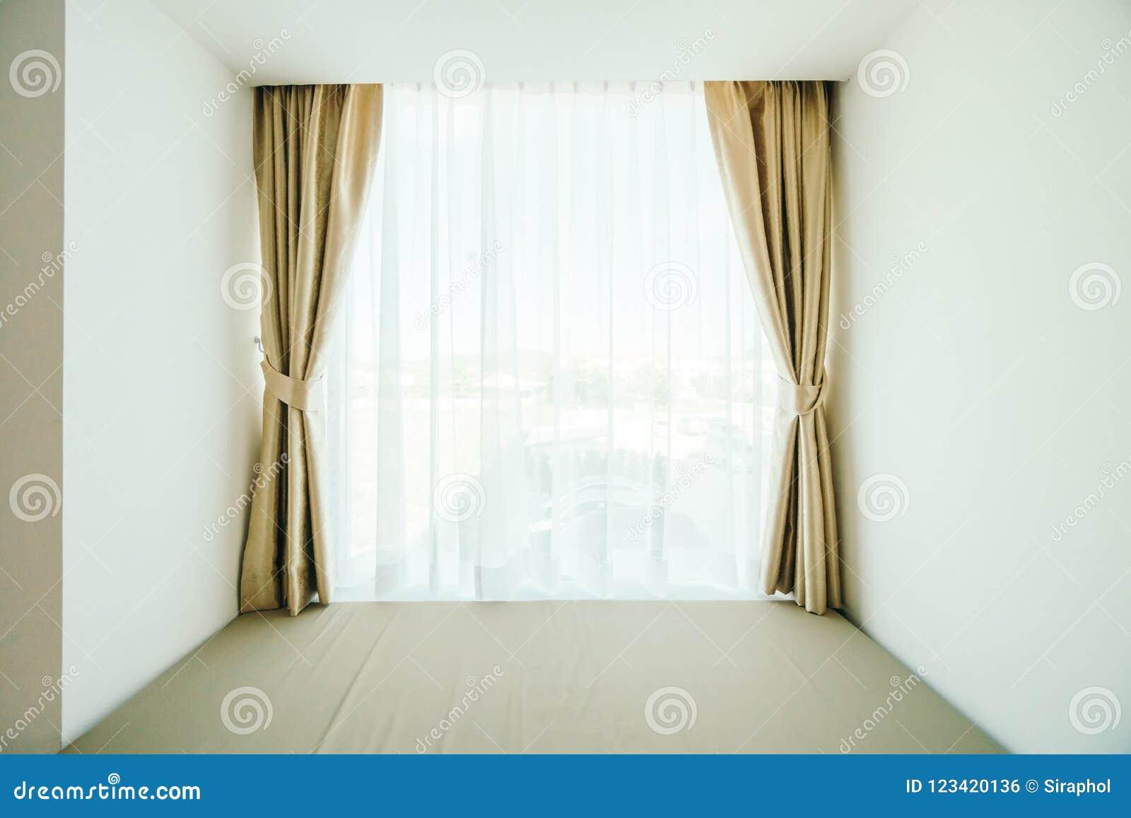 Fenêtre avec la décoration de rideau