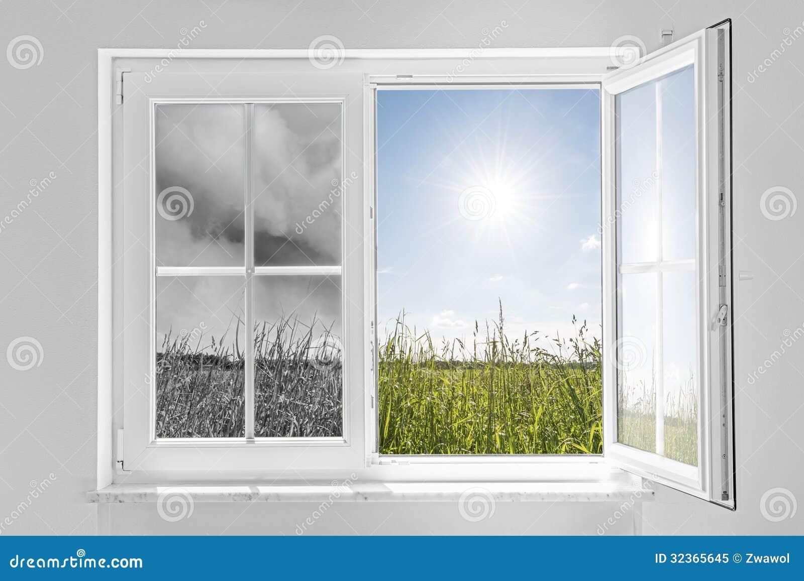 Fenêtre avec la tempête et le soleil