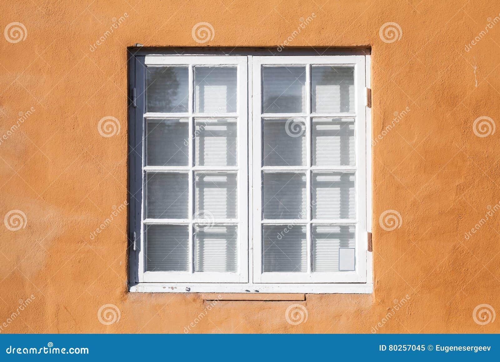 fen tre carr e dans le cadre en bois blanc image stock image du rural blanc 80257045. Black Bedroom Furniture Sets. Home Design Ideas