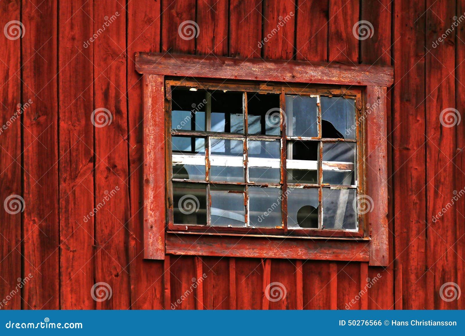 Fen tre cass e dans la grange rouge photo stock image for Fenetre cassee
