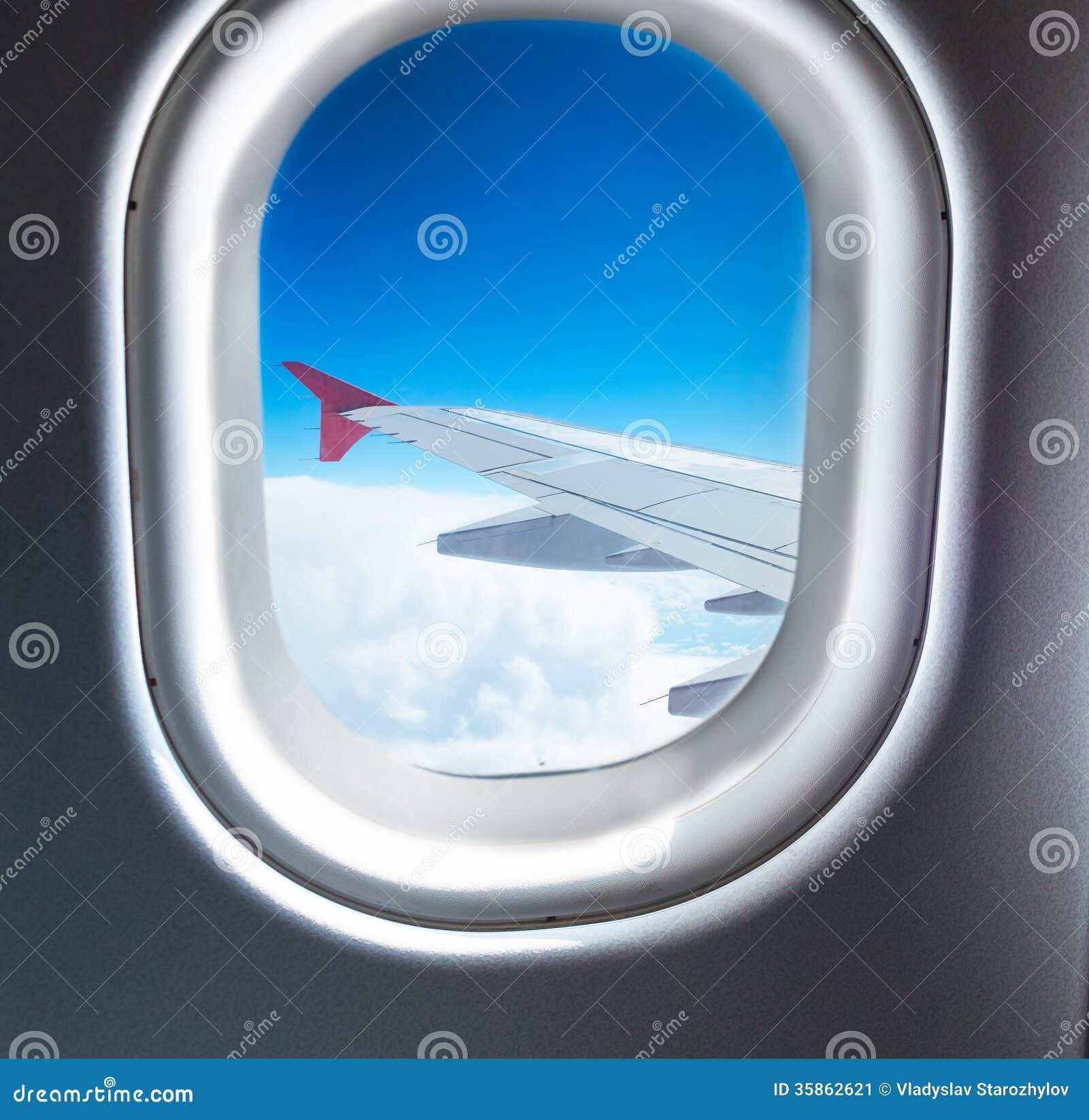 fen tre d 39 avion qui vole au dessus des nuages image stock image 35862621. Black Bedroom Furniture Sets. Home Design Ideas