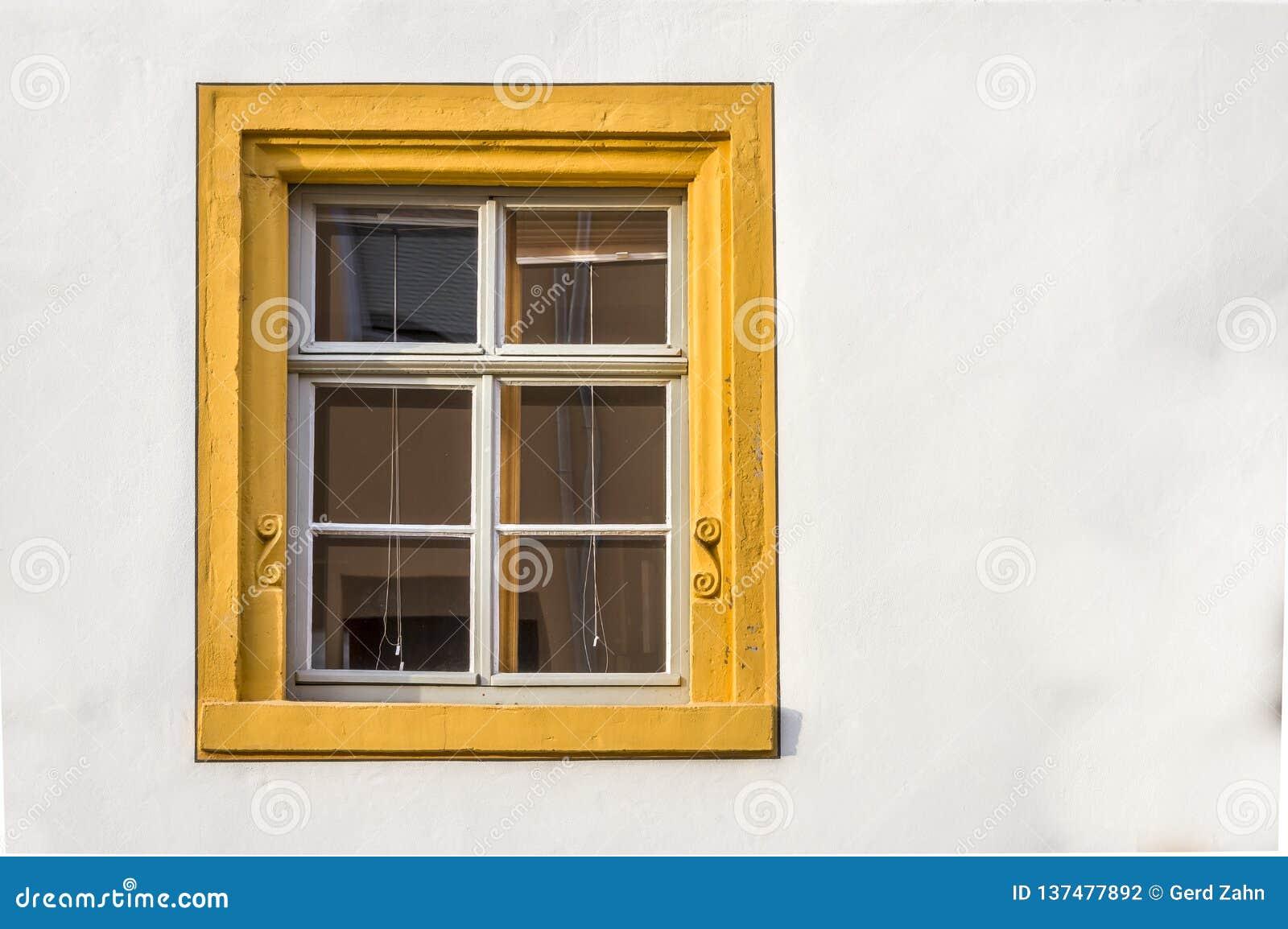 Encadrement De Fenetre Facade fenêtre d'une maison à colombage reconstituée en partie