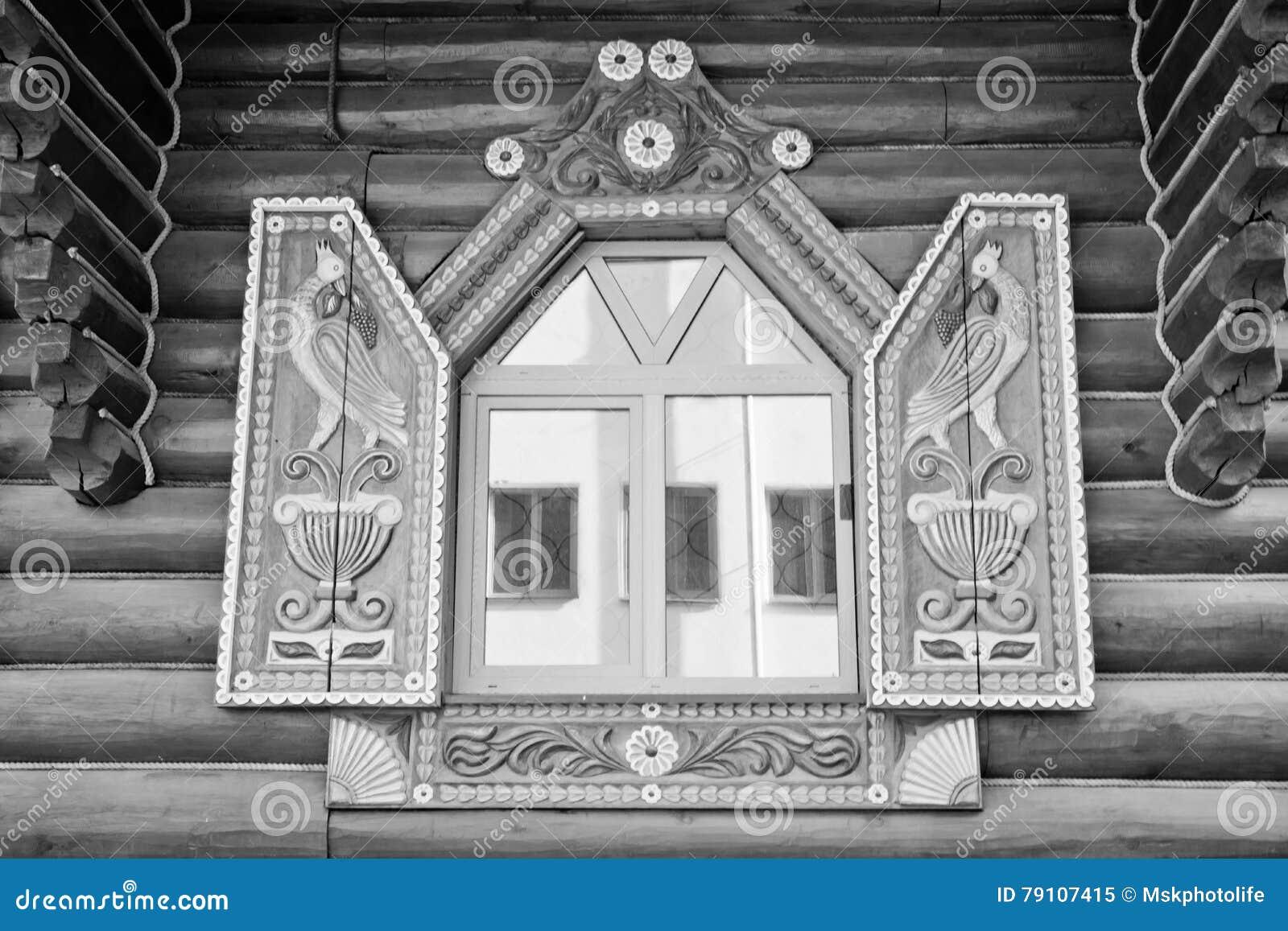 Fenêtre Dans Le Beau Cadre Sur Un Mur En Bois Noir Et Blanc