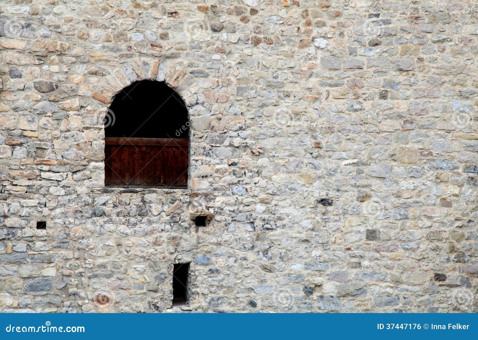 Fen tre dans le vieux mur en pierre du ch teau m di val for Fenetre qui rentre dans le mur