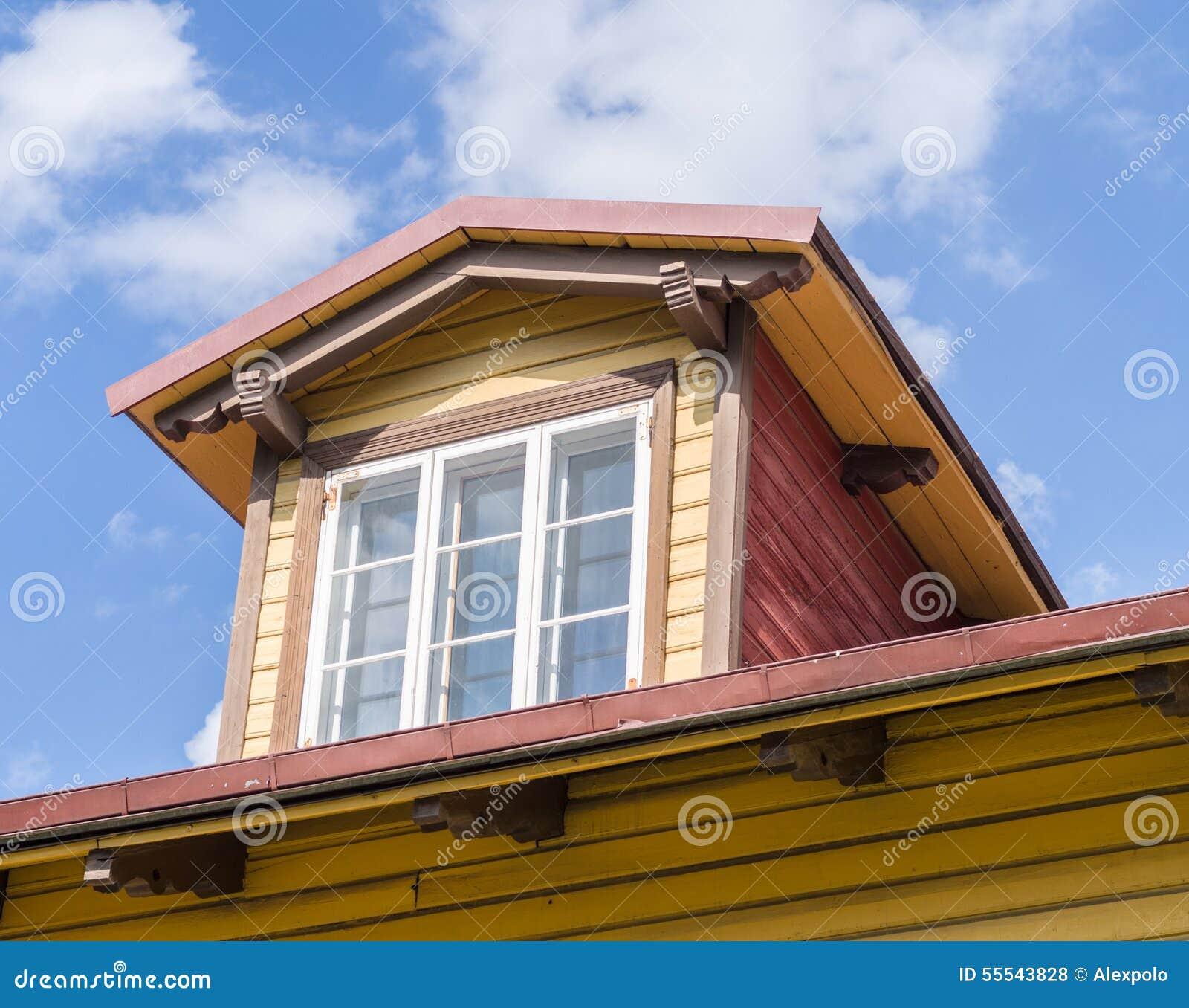 Fen tre de mansarde dans la maison en bois photo stock for Fenetre maison