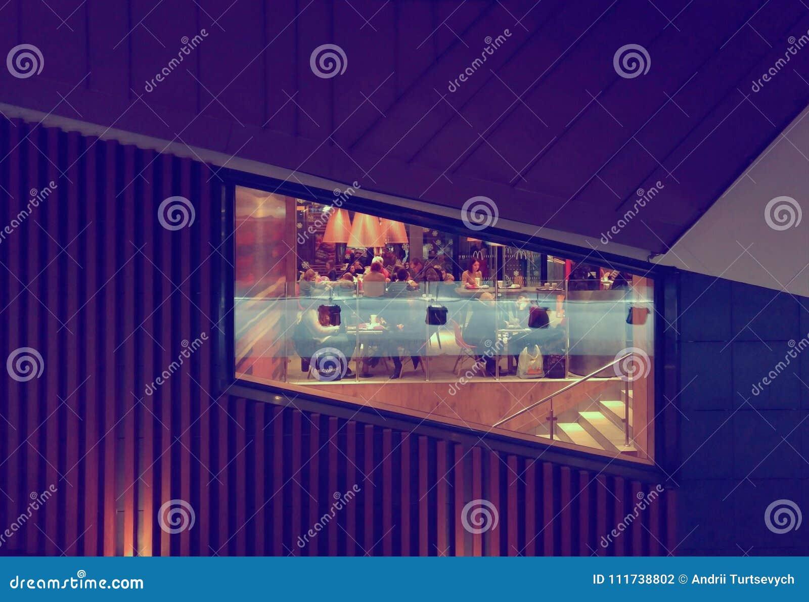 Fenêtre de restaurant de McDonalds à Kiev