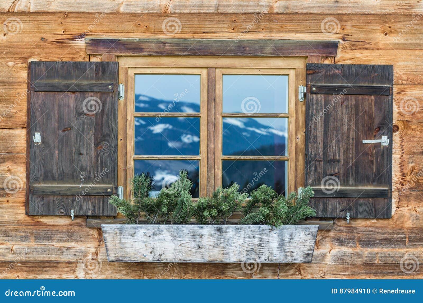 Fenetre Rustique fenêtre de vintage de vieille maison alpine fond rustique en bois