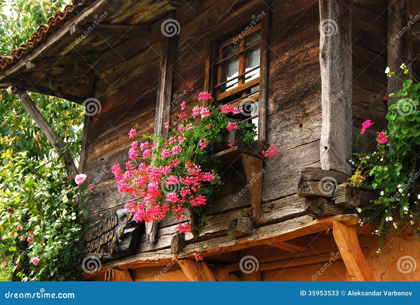 Fen tre en bois de maison de campagne photos stock image for Maison de campagne en bois