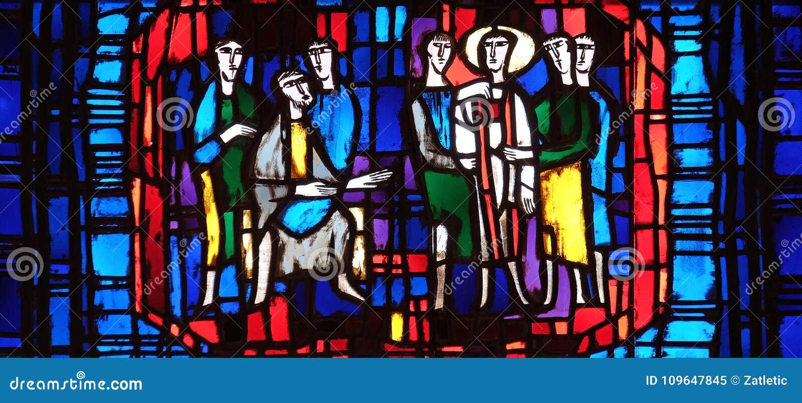 Fenêtre en verre teinté dans l église de St Stephen dans Wasseralfingen, Allemagne
