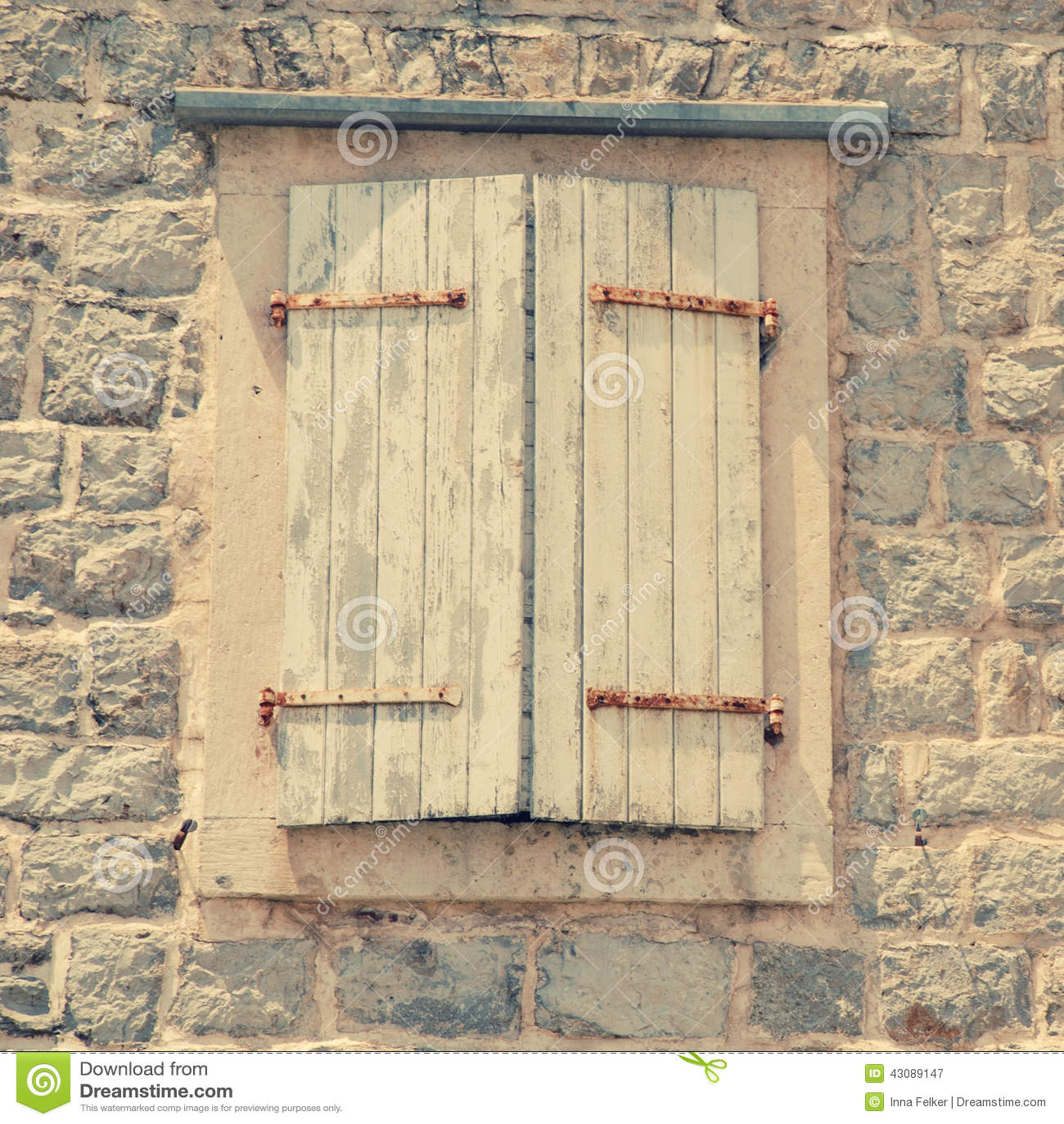 Fen tre ferm e avec des volets dans le vieux mur en pierre for La maison de la fenetre