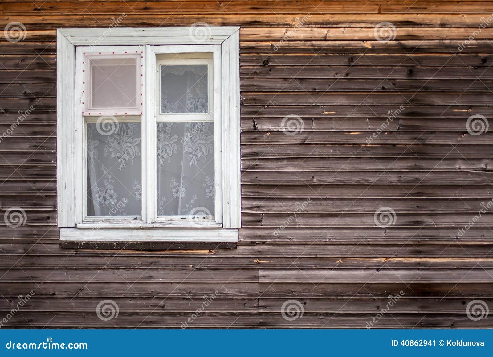 stock Fenêtre fermée de la vieille cabane en rondins faite de bois ~ Cabane En Rondin De Bois