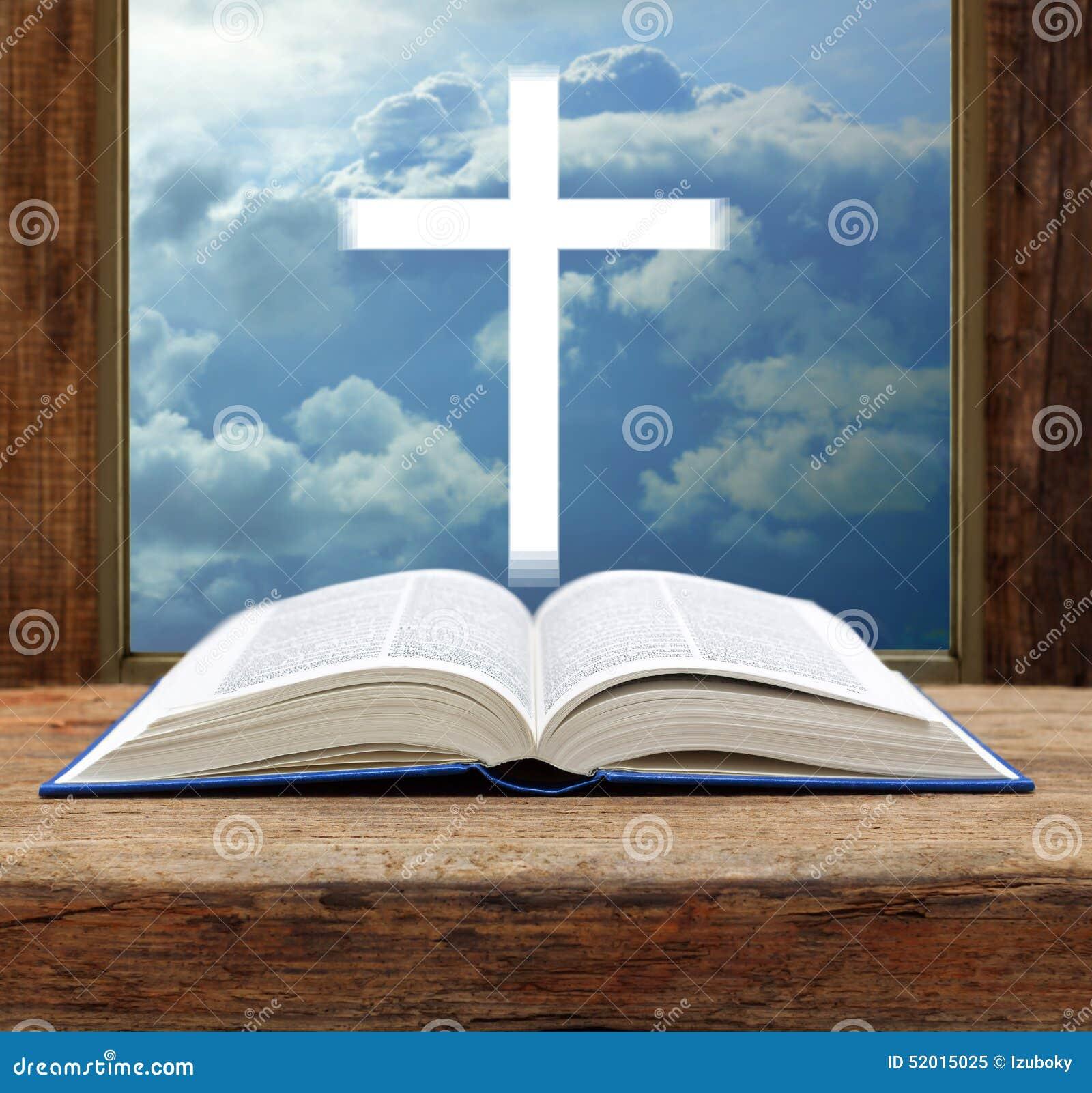 Fenêtre orageuse croisée chrétienne de vue de ciel de bible ouverte