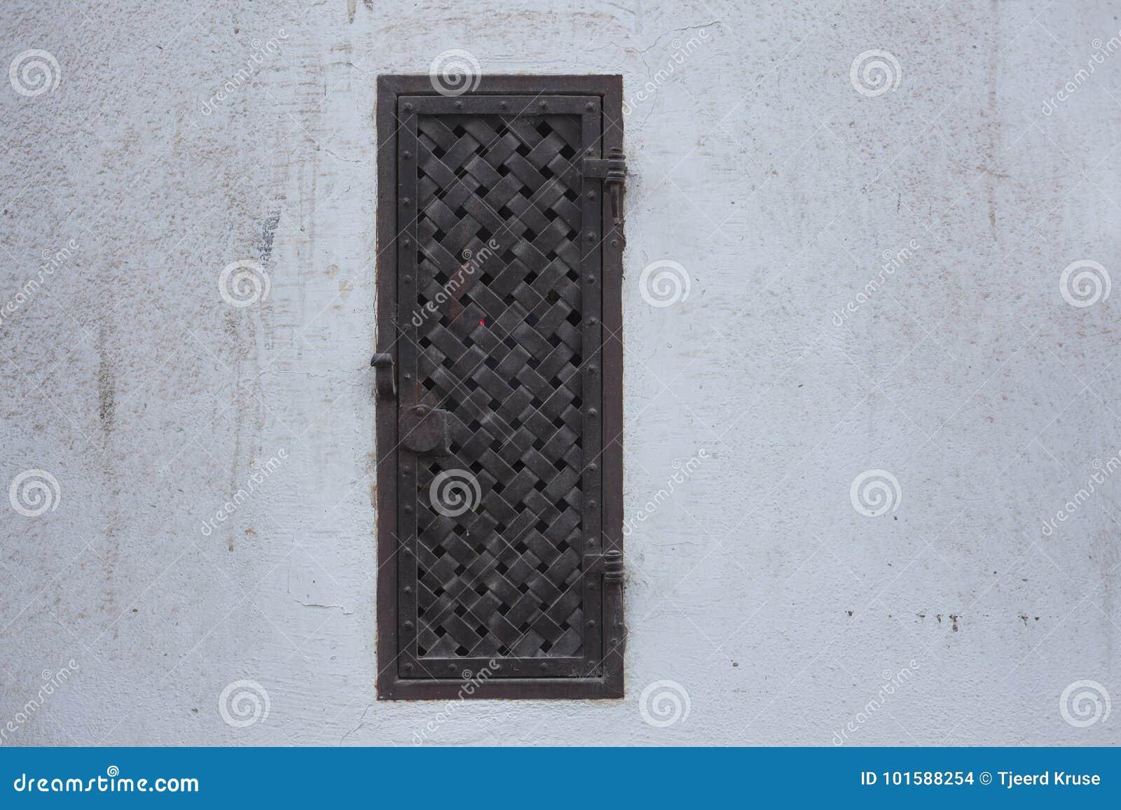 Fenêtre ornementée vieux par métal