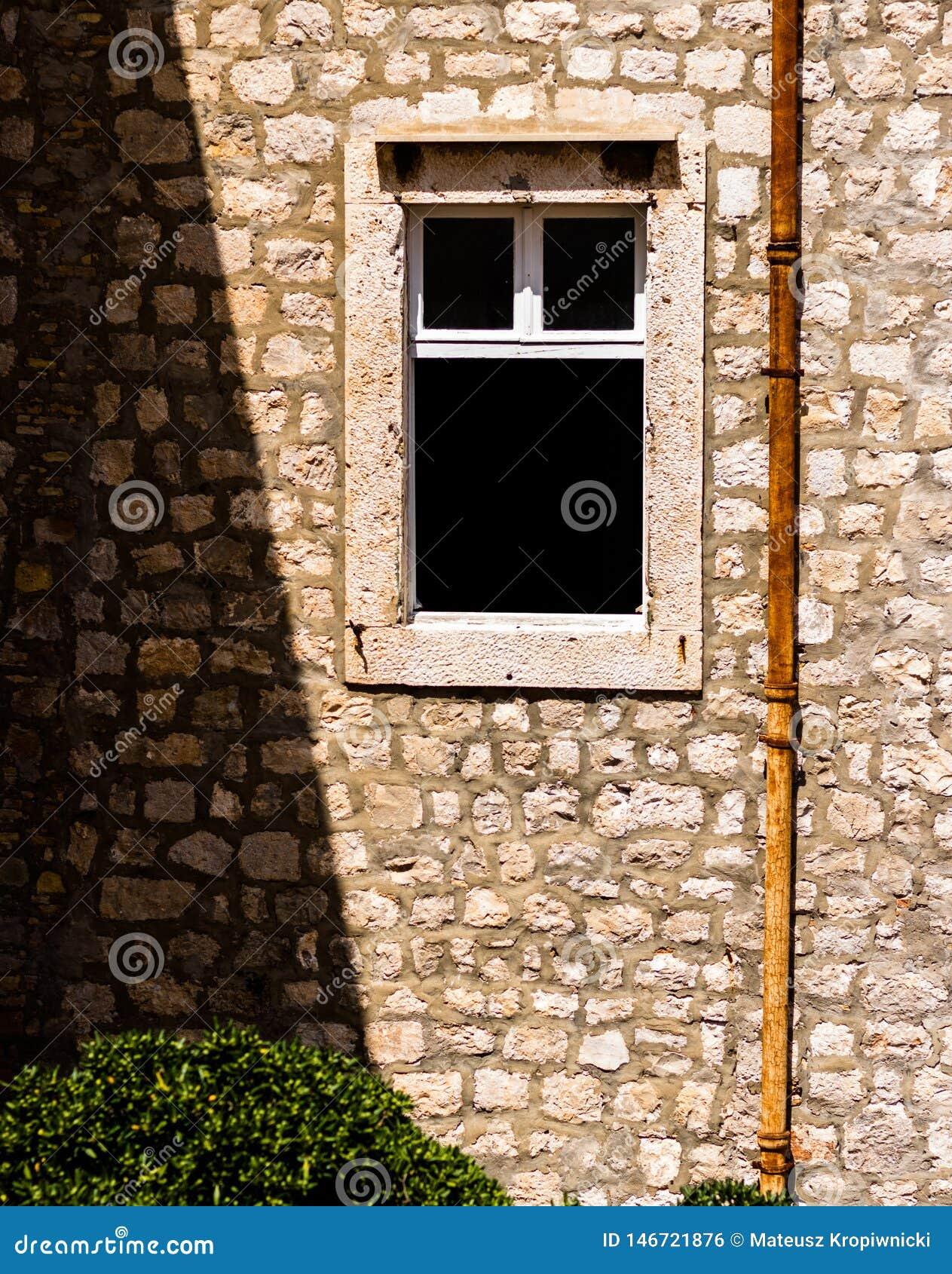 Fenêtre ouverte dans le vieux bâtiment