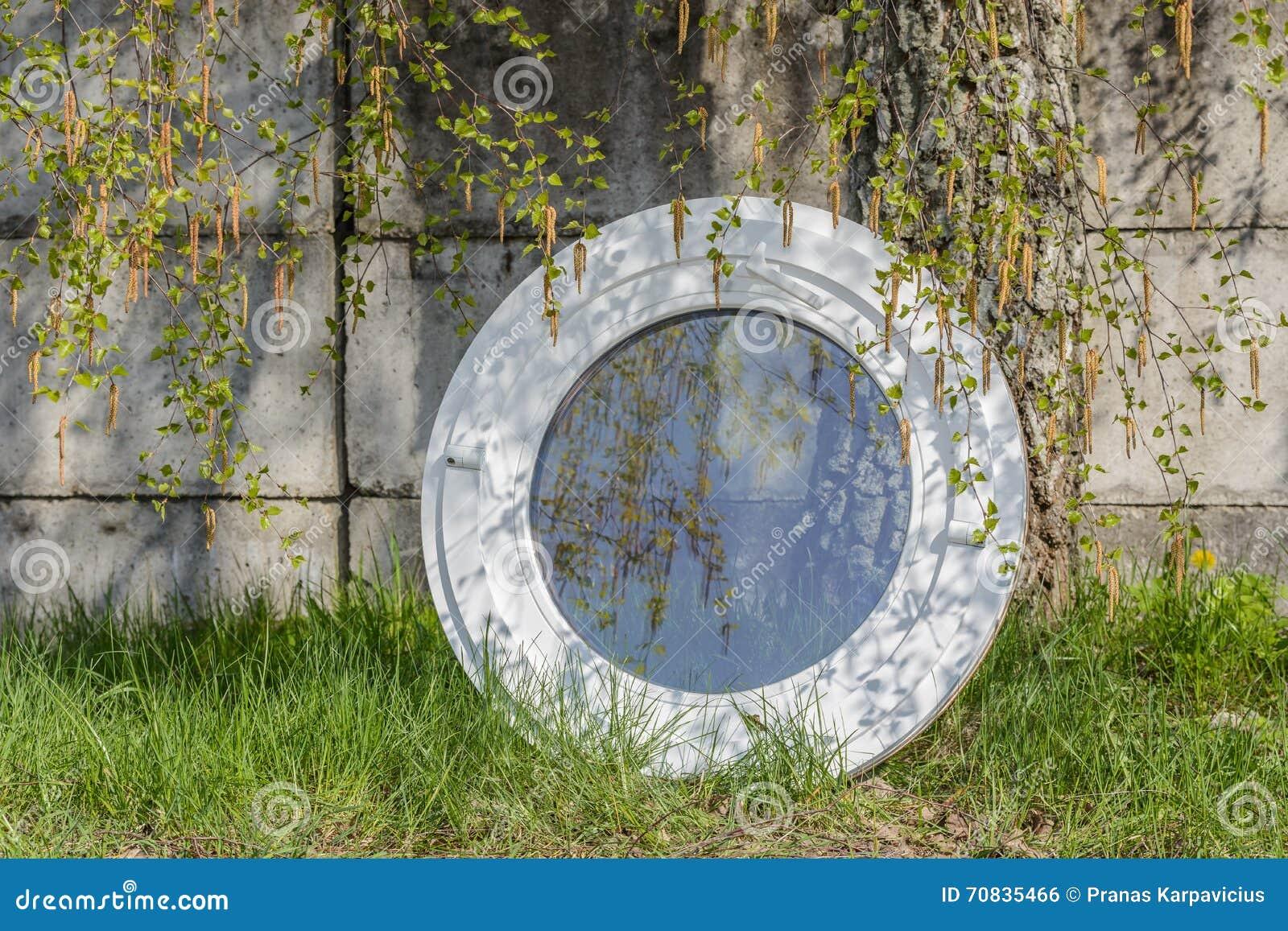 Fenêtre Ovale Ronde Composée En Aluminium En Bois Photo Stock
