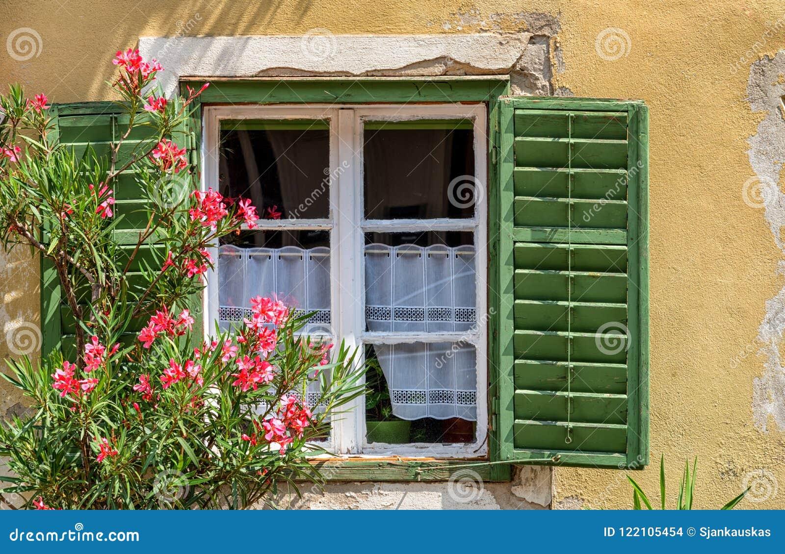Fenetre Rustique fenêtre rustique avec des volets, détail extérieur, autriche photo