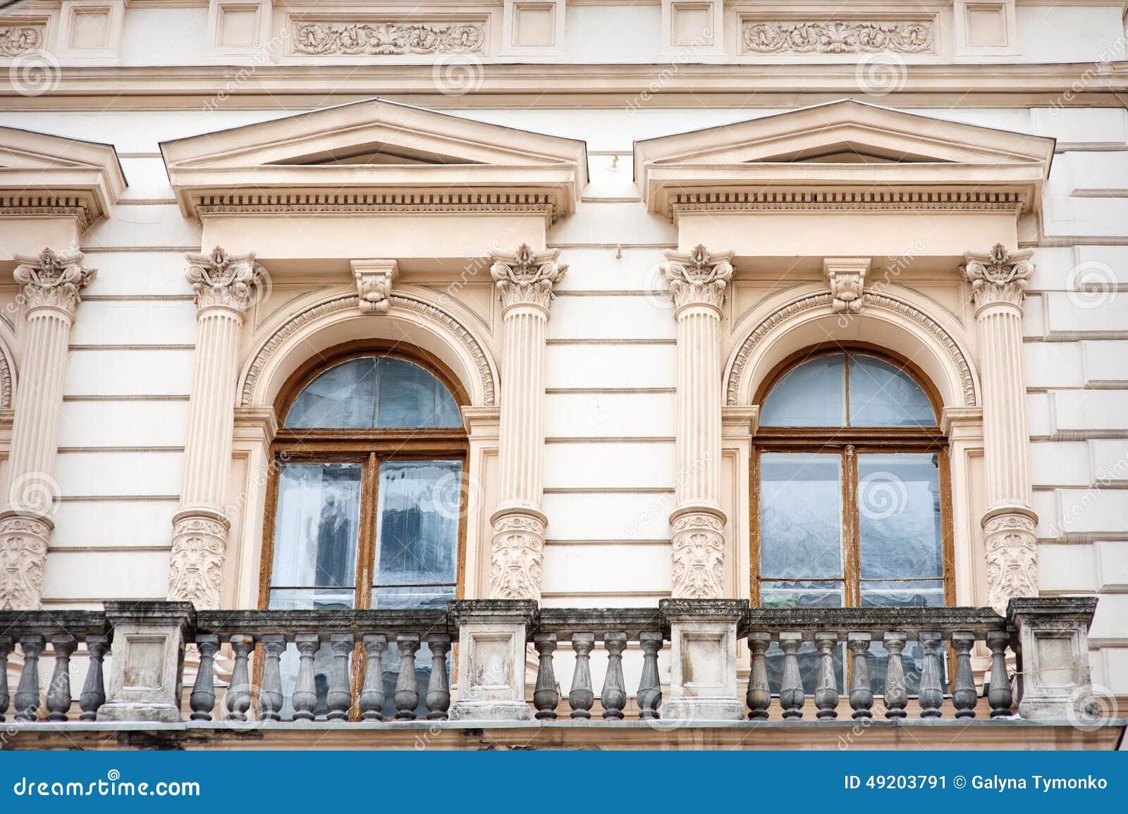 fen tre sous forme de sculpture en vo te dans le style classique photo stock image 49203791. Black Bedroom Furniture Sets. Home Design Ideas