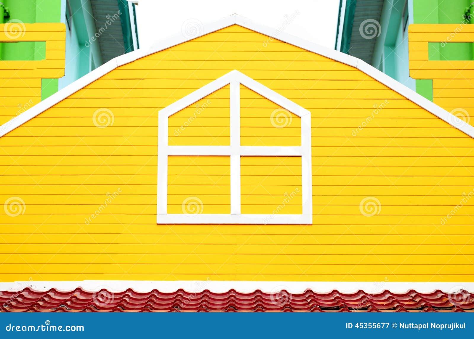 Fenêtre sur le mur en bois jaune