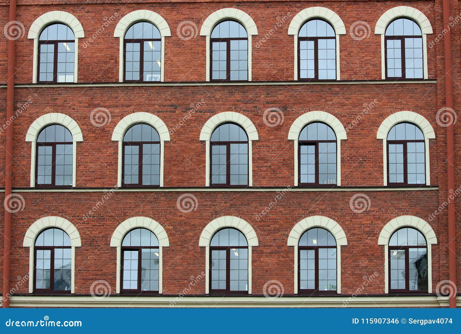 Fenêtres arquées de maison de brique