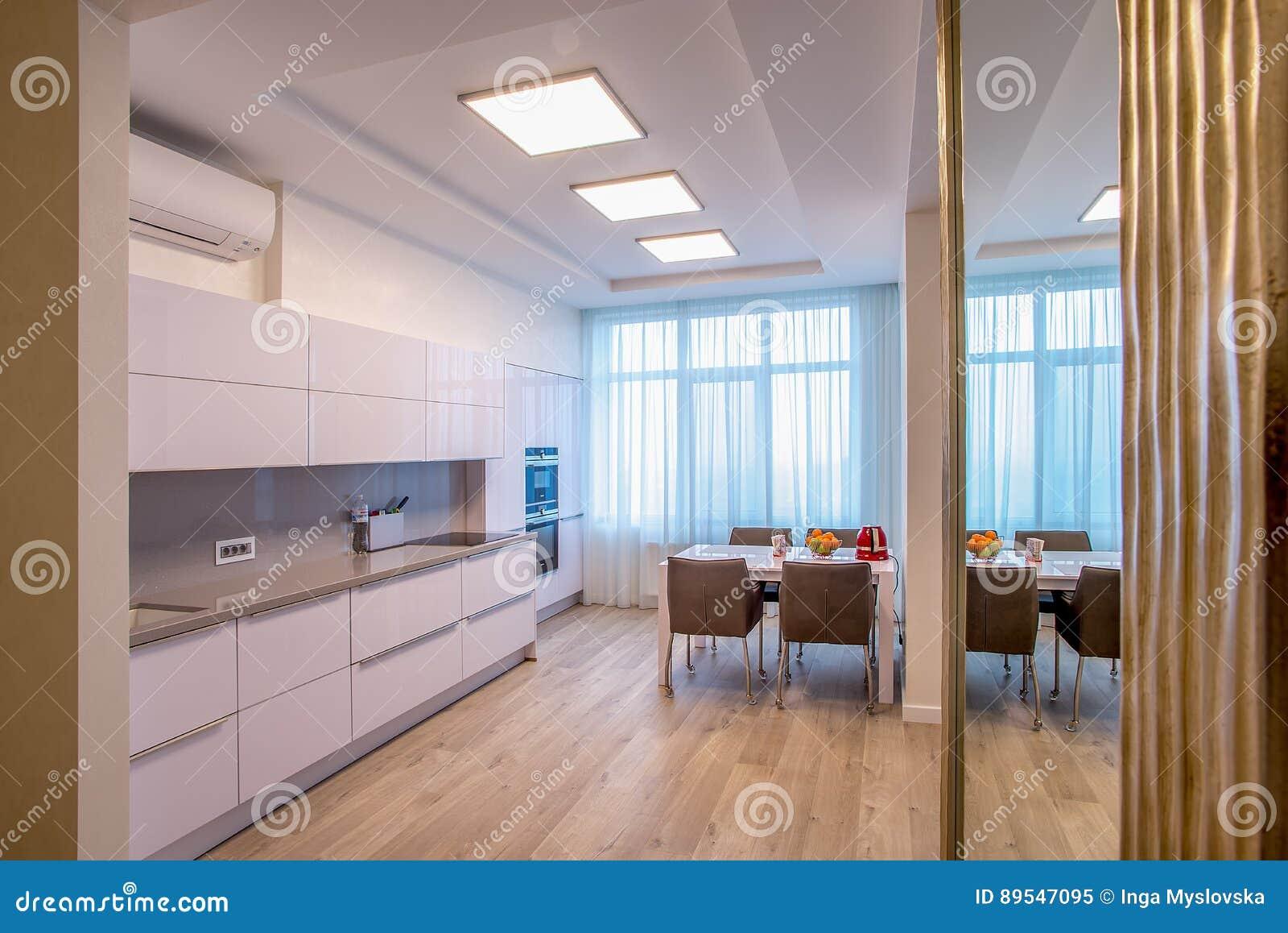 Fenêtres blanches de table de cuisine grandes