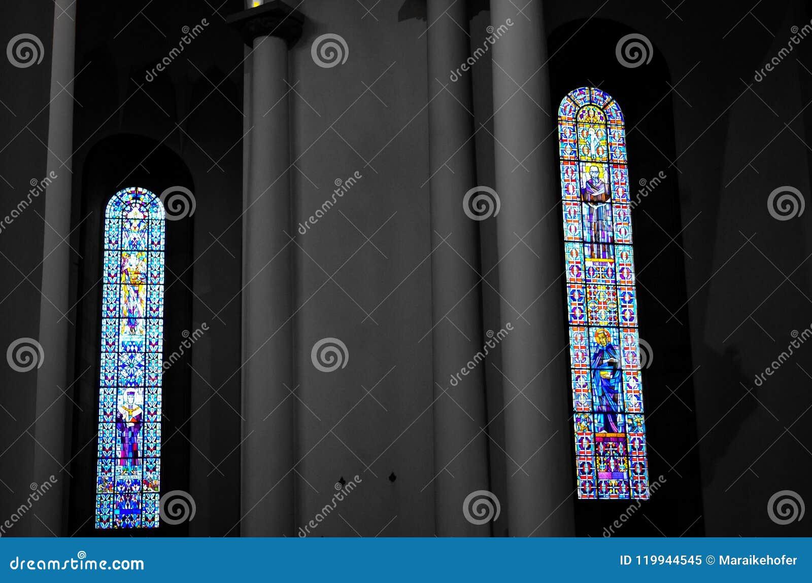 Fenêtres colorées dans l église chrétienne