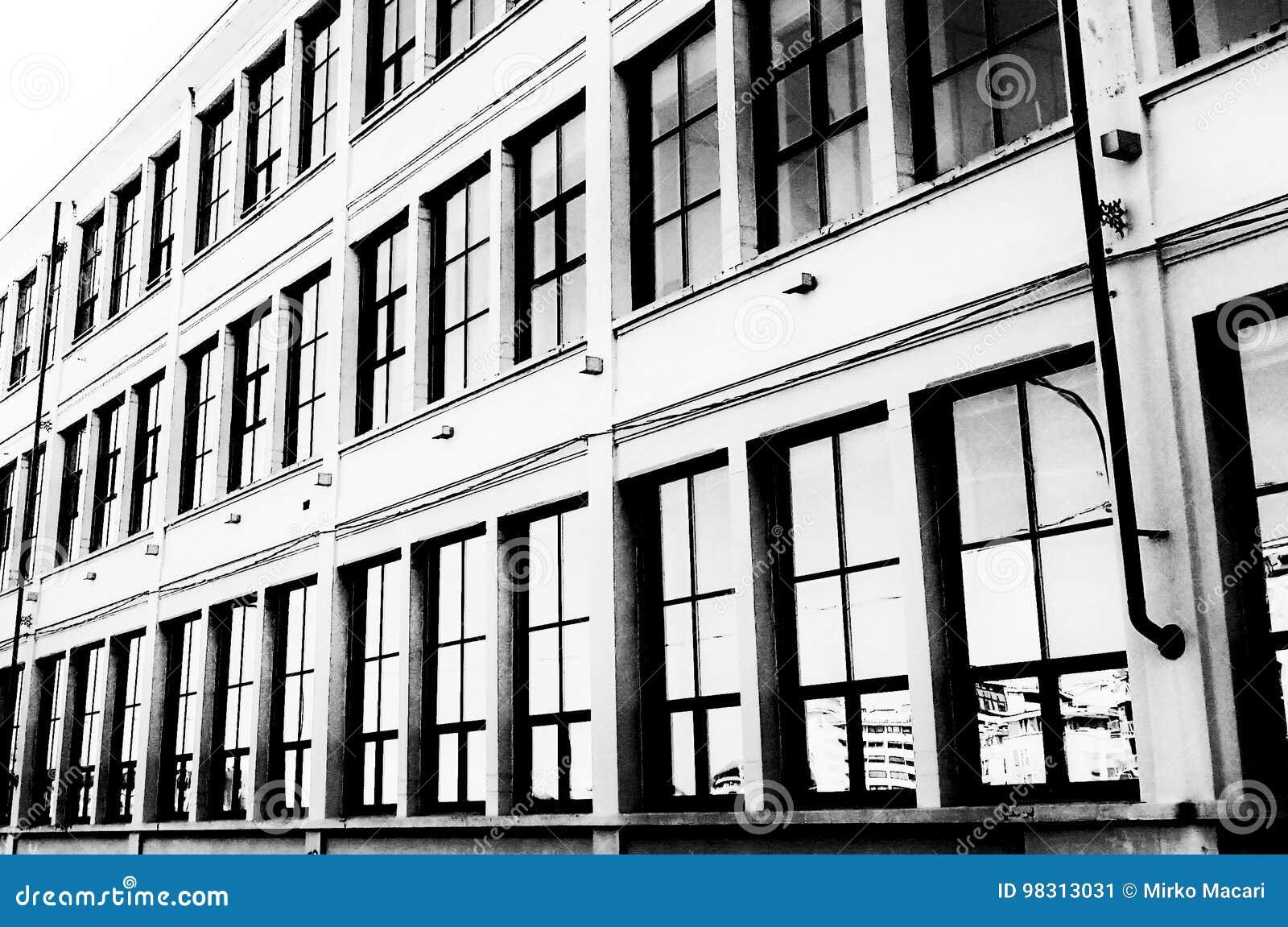 Fenêtres dimmeubles de bureaux dans la clé élevée un d noir et