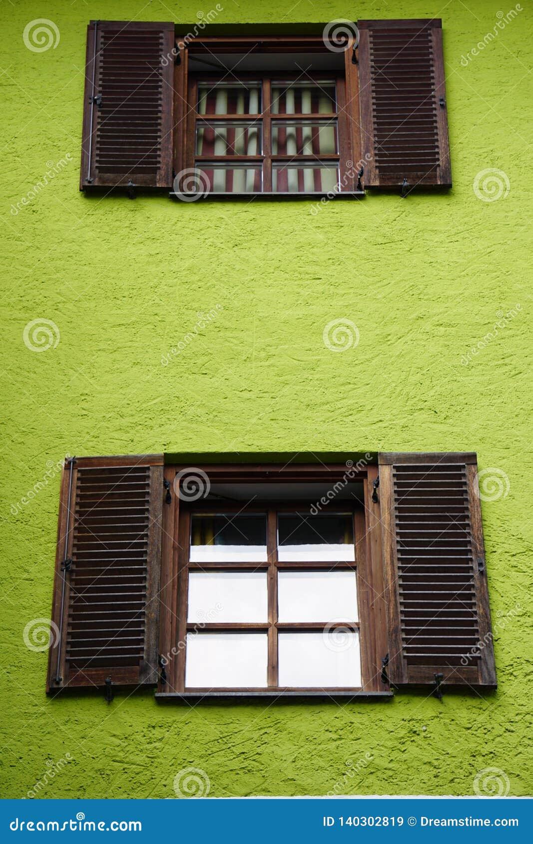 Fenêtres de village de matin
