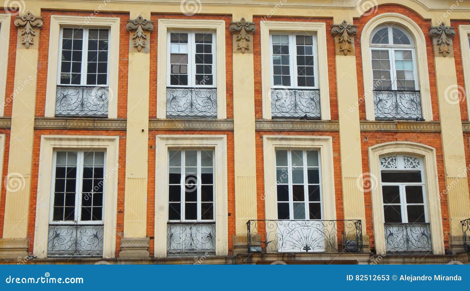 Fenêtres fermées sur le bâtiment néoclassique
