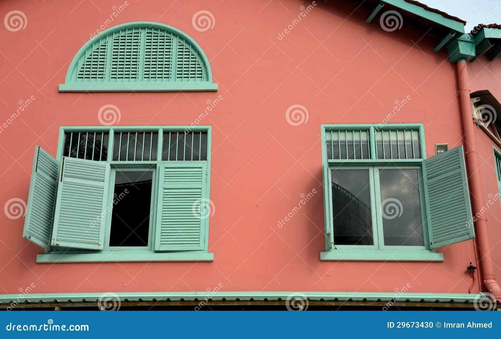 fen tres vertes sur le mur de rouge de la terre photo. Black Bedroom Furniture Sets. Home Design Ideas