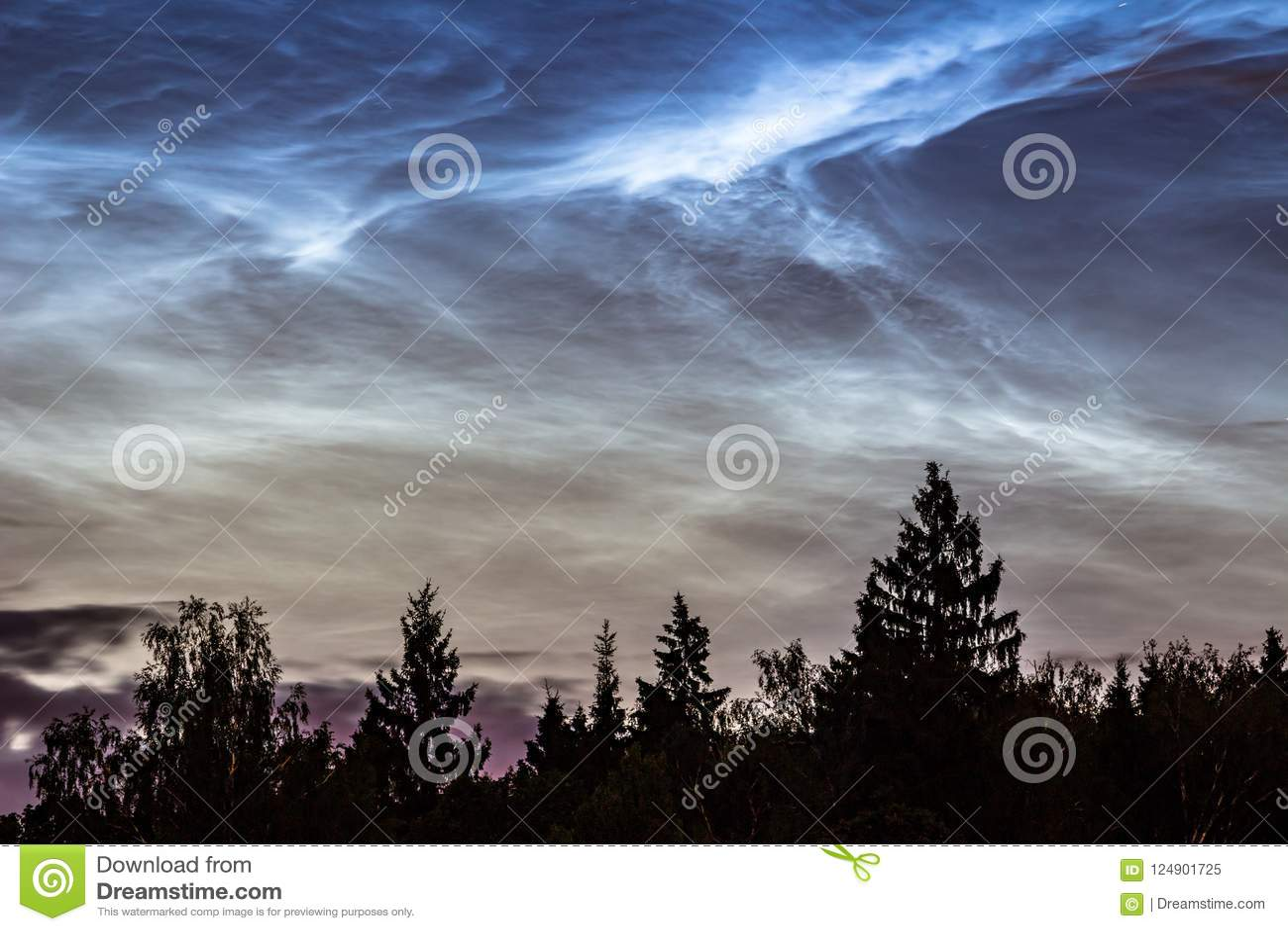 Fenômeno atmosférico de nuvens de brilho da noite noctilucent das nuvens