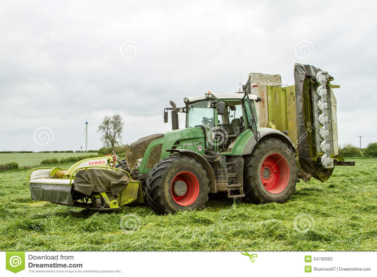 fendt gr nen traktor mit claas m hern auf dem silagegebiet redaktionelles stockfoto bild von. Black Bedroom Furniture Sets. Home Design Ideas