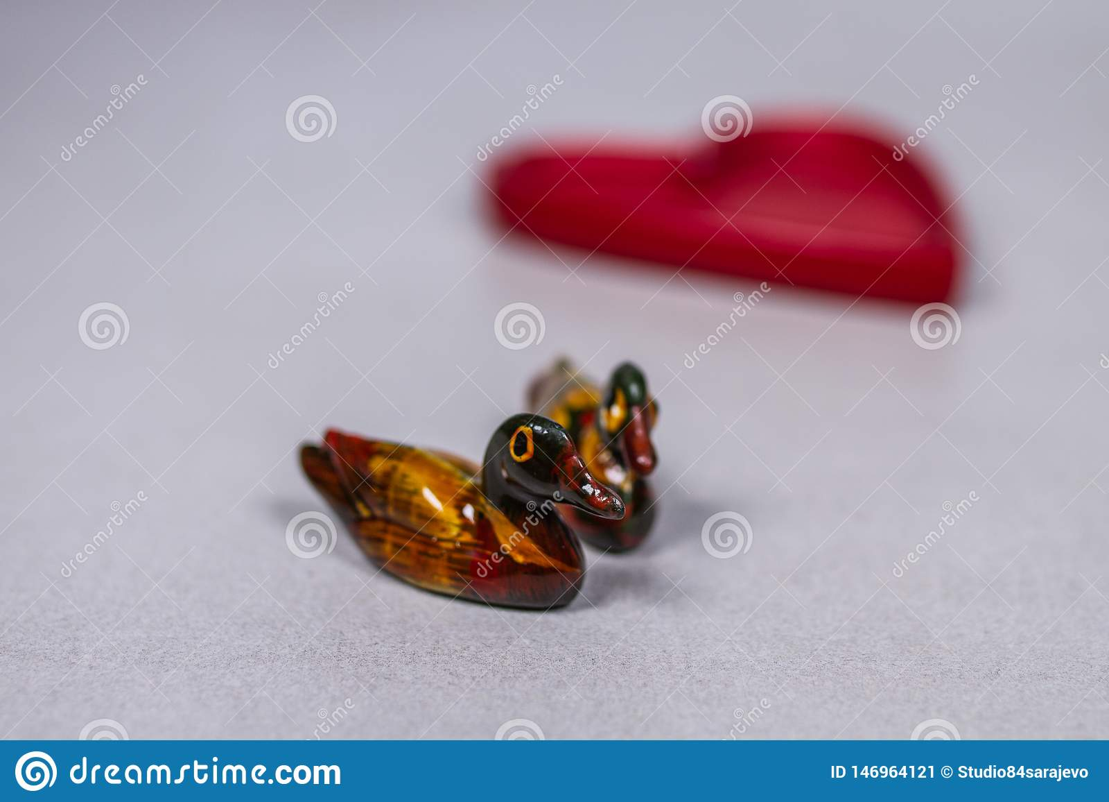 Feng Shui Chinese Mandarin Ducks sur le coeur de Gray White Grey Background With à l arrière-plan