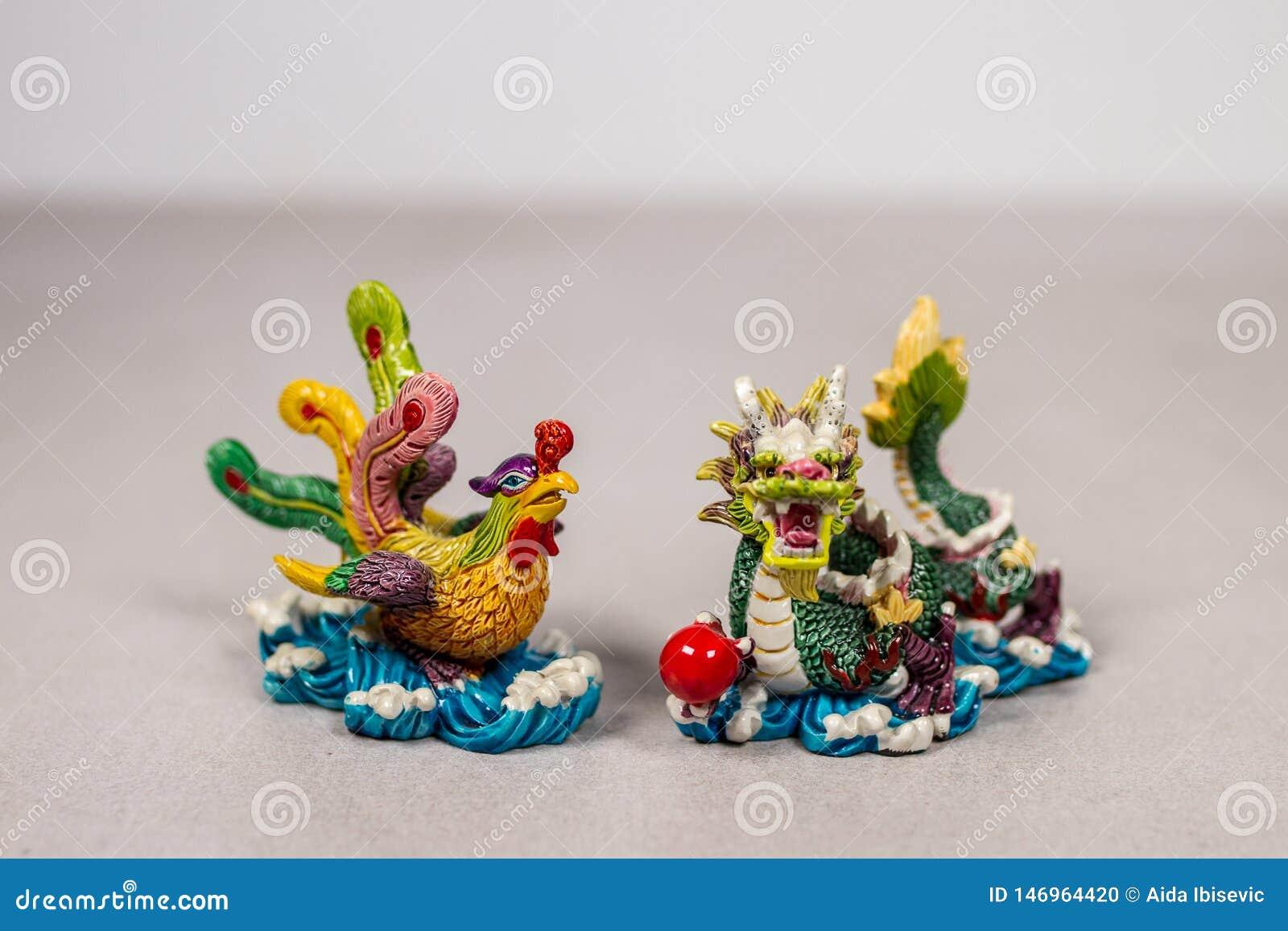 Feng Shui Chinese Phoenix et Dragon Love Relationship Symbols sur Gray Grey White Backround
