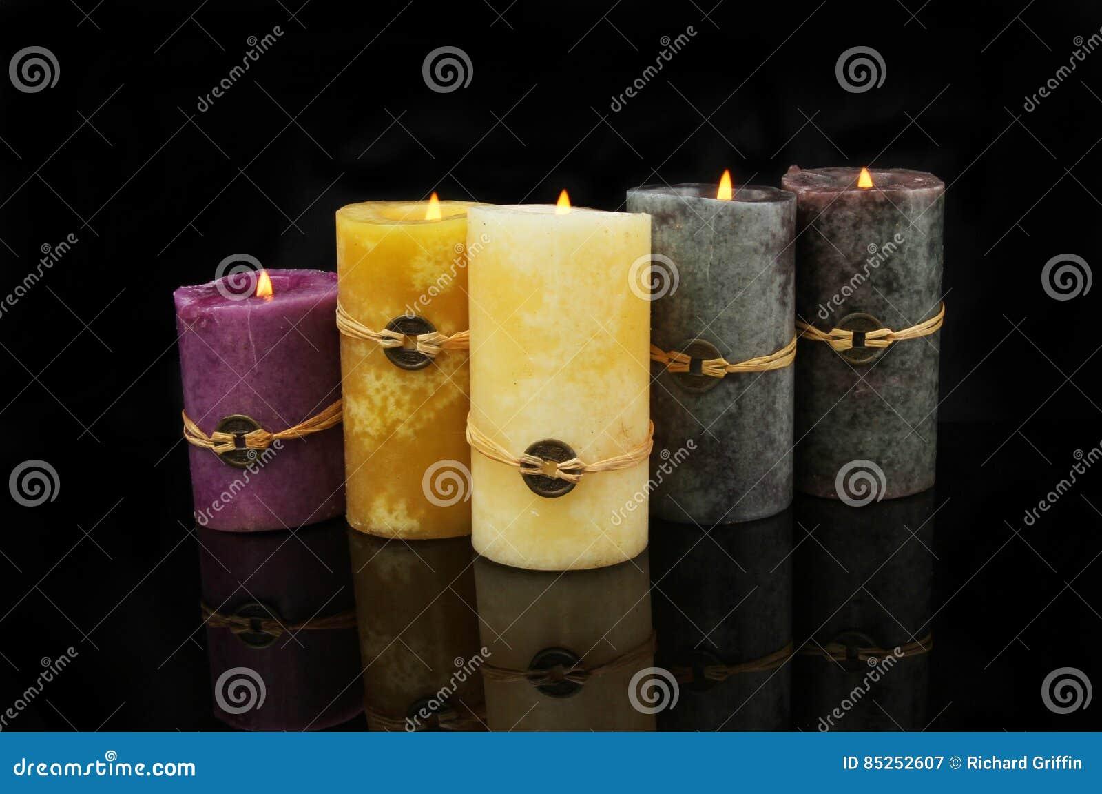 Feng Shui Kaarsen.Feng Shui Kaarsen Met Bezinningen Over Zwarte Stock