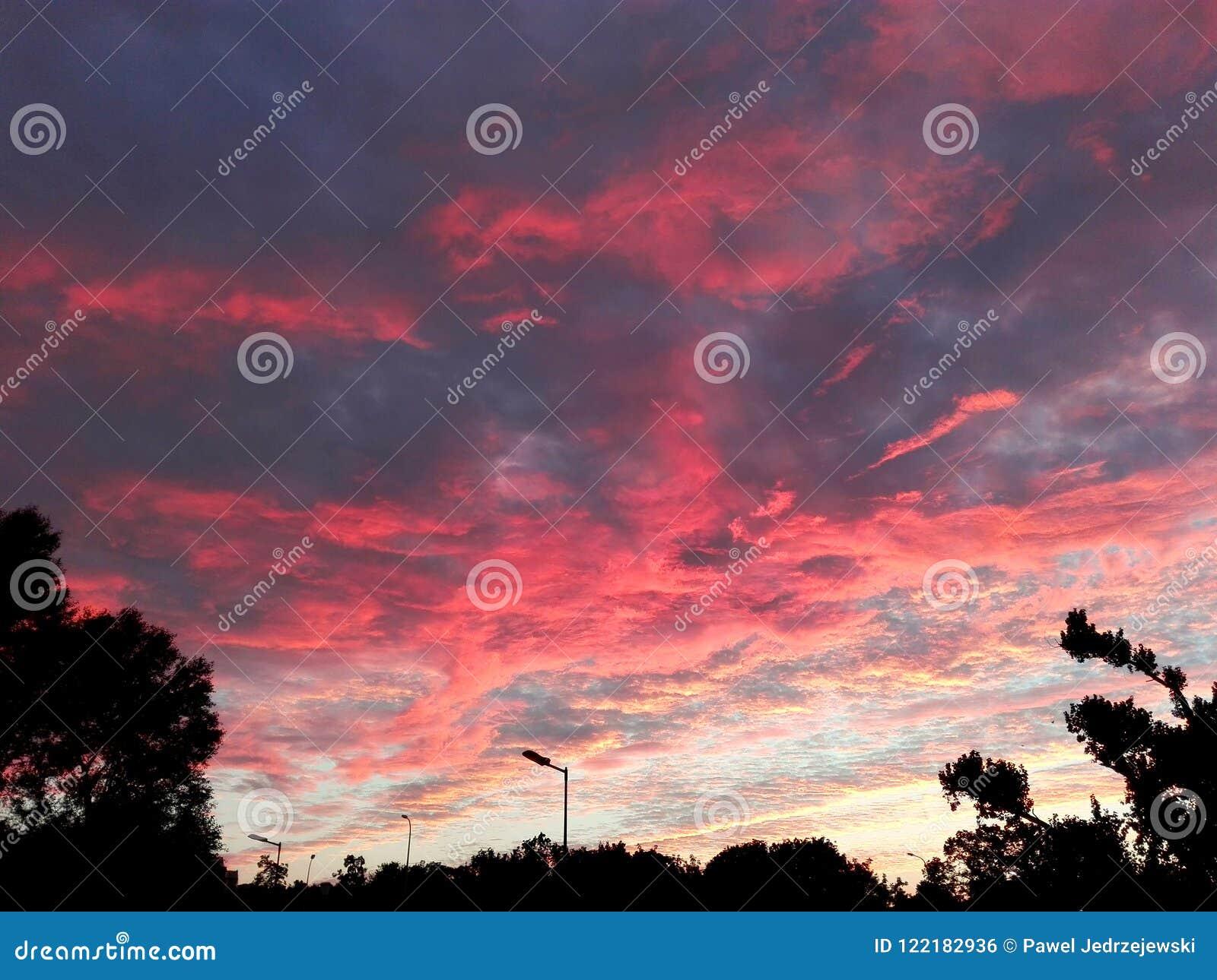 Fenomenal röd molnig himmel