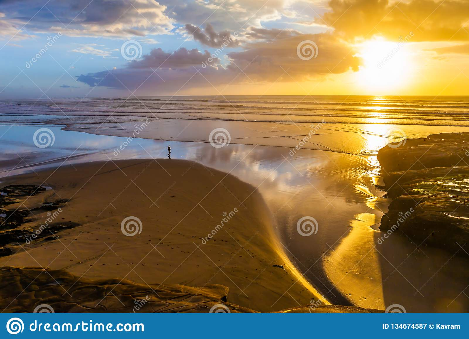 Fenomenal solnedgång på stranden