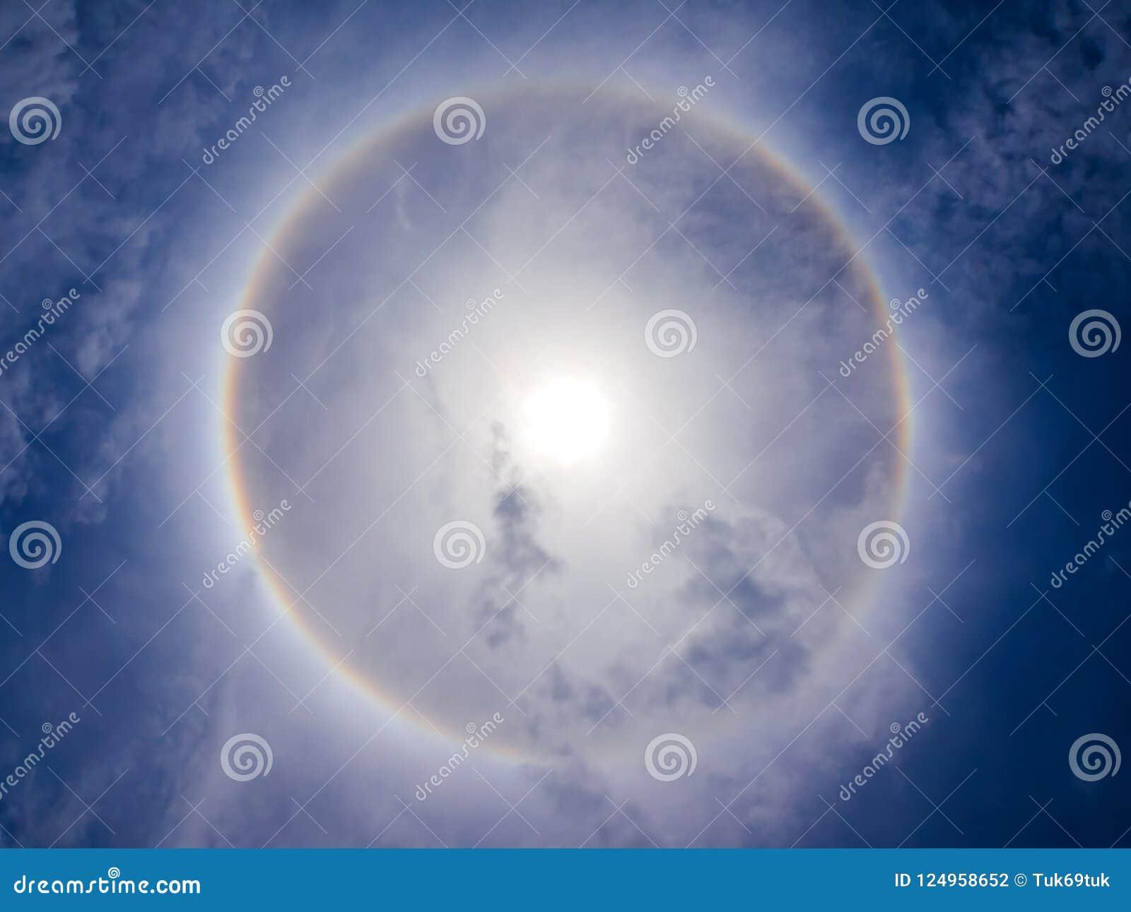 Fenomeno di alone di Sun su cielo blu