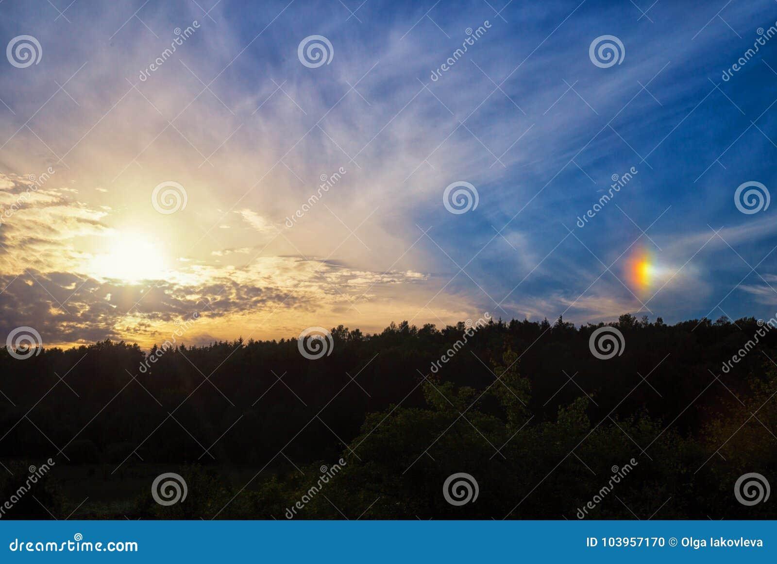 Fenomeno di un alone solare nel cielo