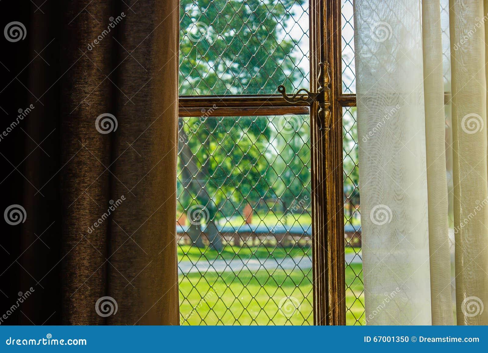 Fenster Bedeckt Mit Vorhängen Mit Vergoldetem Fensterrahmen Luxus
