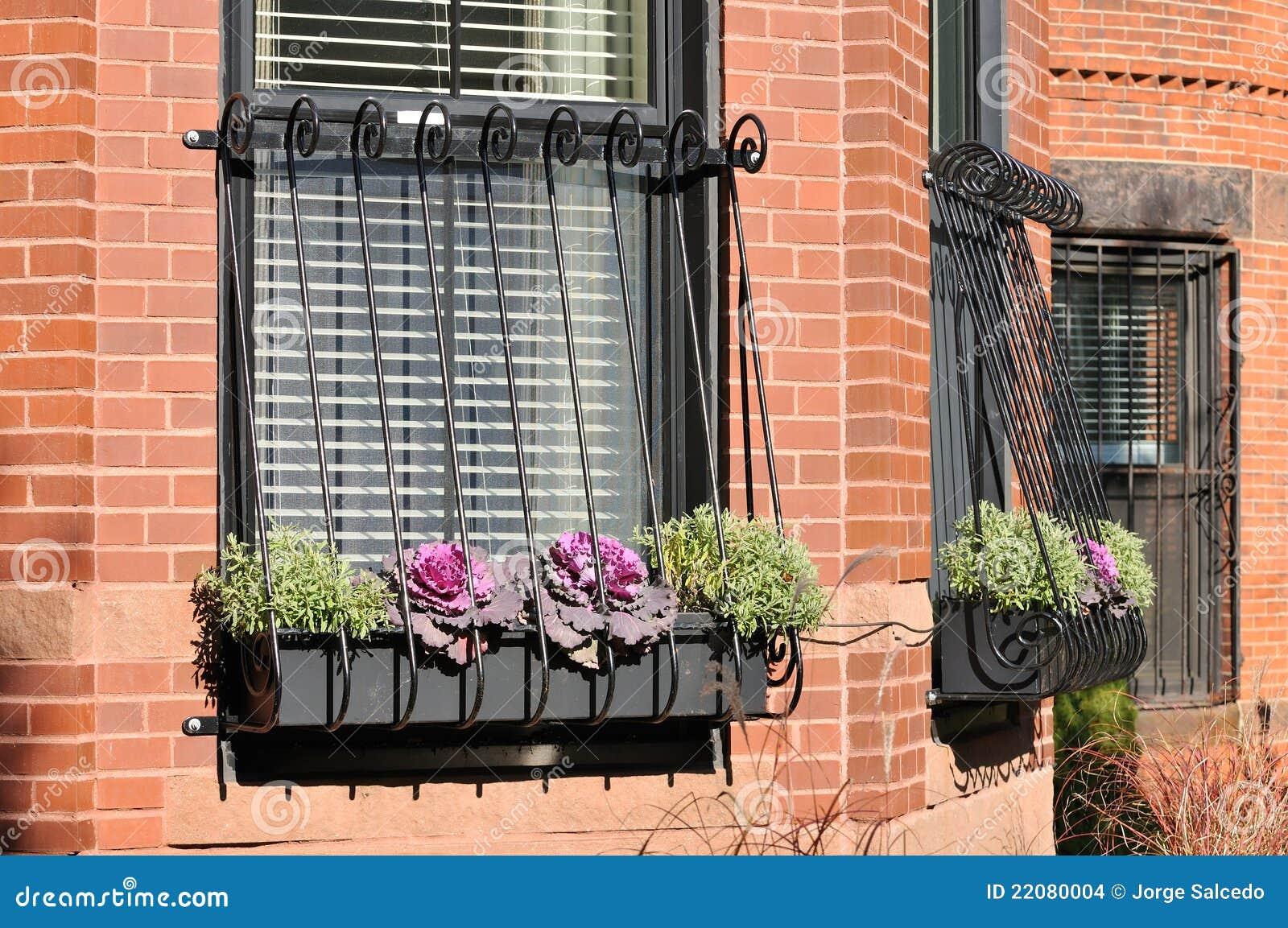 Top Fenster-Gitter Auf Brownstone-Haus Stockbilder - Bild: 22080004 NF18