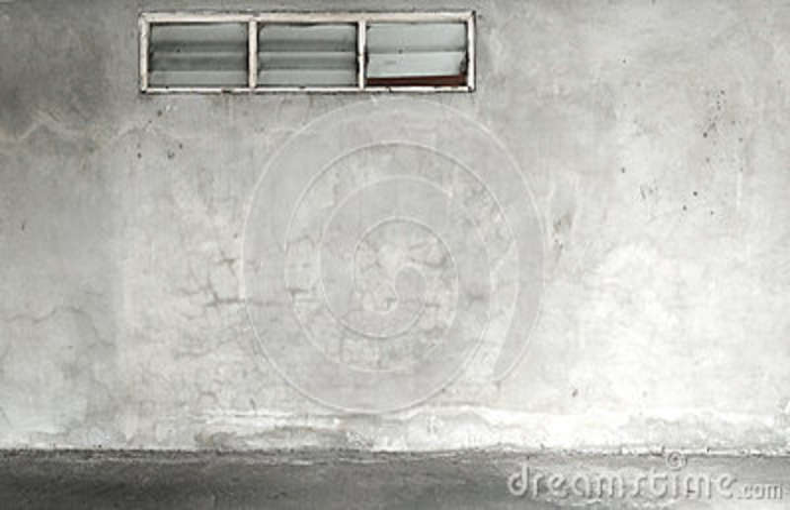 Fenster, konkrete Zementwand des Schmutzes mit Sprung