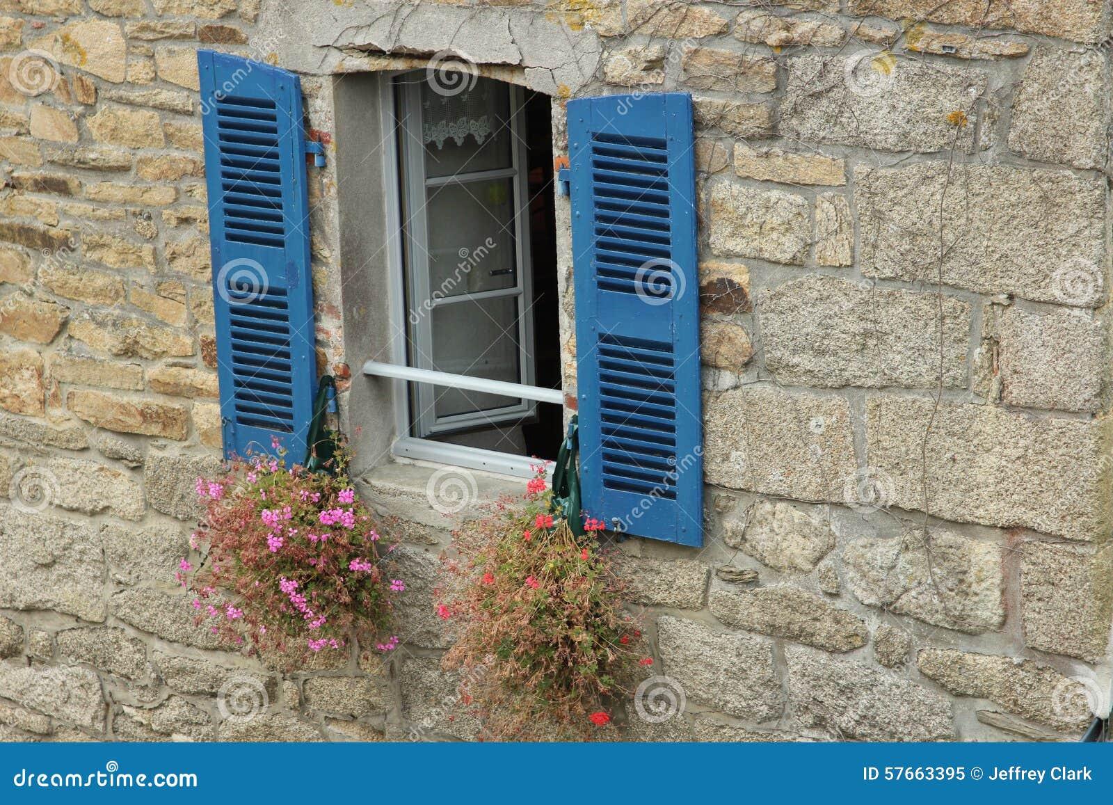 Fenster mit blauen Blendenverschlüssen