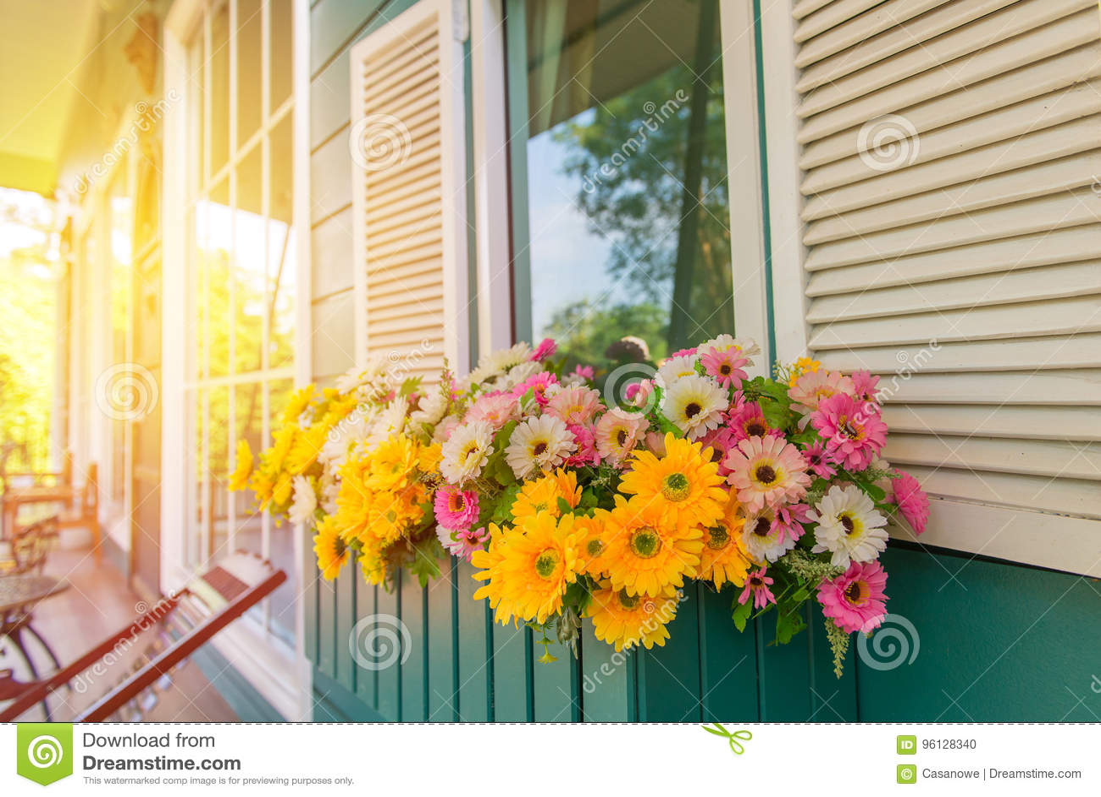 Fenster Mit Blumenkasten Und -fensterläden Zu Hause ...