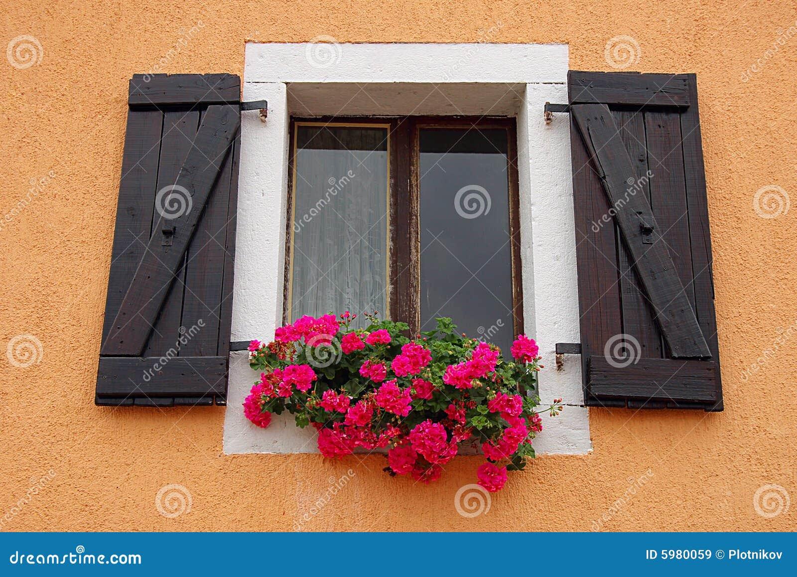 fenster mit farben auf einem fensterrahmen lizenzfreie stockbilder bild 5980059. Black Bedroom Furniture Sets. Home Design Ideas